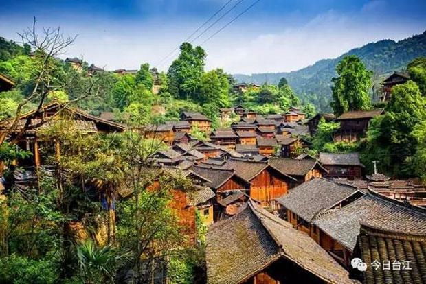 房屋主要以木结构吊脚楼为主,依顺山势,次第升高.