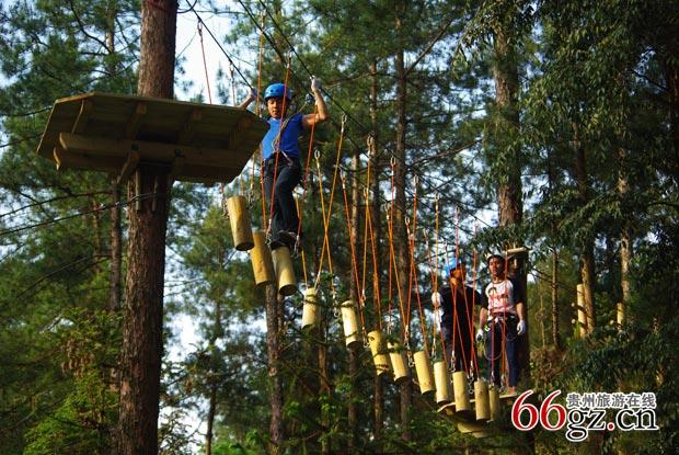 翠泉国际森林探险拓展训练基地   翠泉国际森林探险拓展训练基地项目引入国际最先进的森林探险拓展理念,兴建森林生态探险户外活动基地,通过在林间设置并搭建难易不同、风格迥异的关卡,游客在树上穿越,体验高空坠落与自由滑翔的快感,包括空中极限挑战园、穿越森林团队拓展、森林定位寻宝、森林儿童体验乐园、森林大闯关、夜间寻幽等6个大项,包含150多个活动项目。
