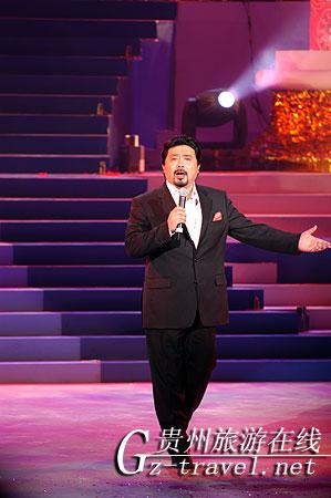上海歌舞剧院副院长,著名歌唱家魏松演唱《跟你走》,为选手捧场.
