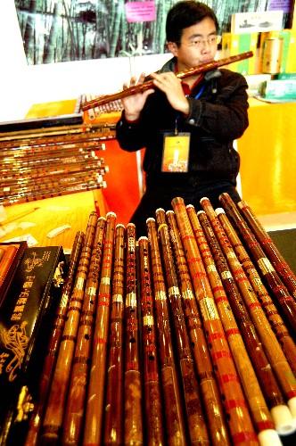 名工作人员试吹玉屏箫-2008 多彩贵州 旅游商品展销大会开幕