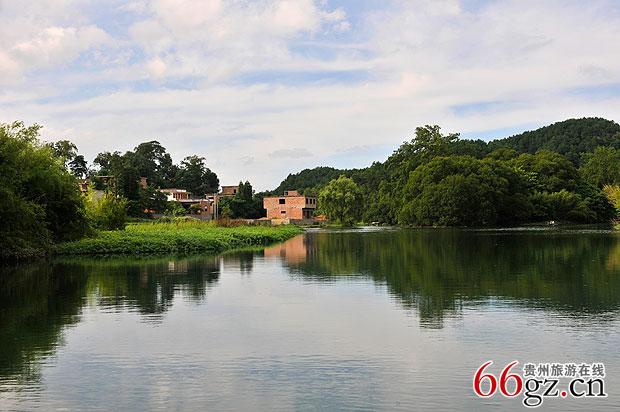 """邢江河自然风景区的景点甚多,有""""十二风光""""之称,这就是犀牛滩,鲤鱼"""